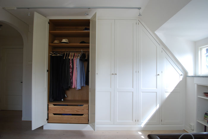 Platsbyggd garderob i sekelskiftesstil